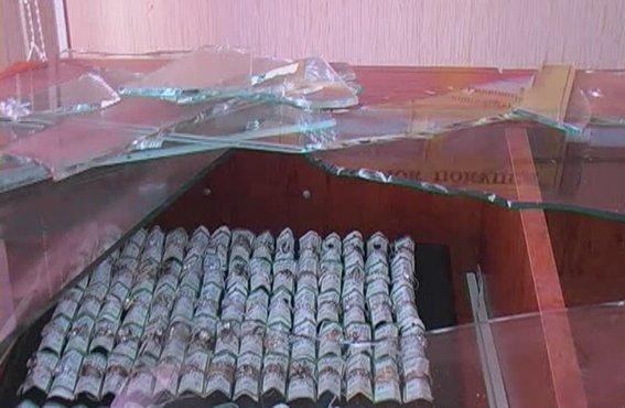 В Красном Луче четверо неизвестных ограбили ювелирный магазин (ФОТО), фото-3