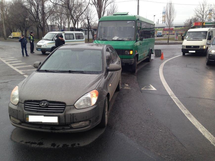 В Донецке на перекрестке маршрутка врезалась в «Хюндай» - пострадали пассажиры (ФОТО), фото-1