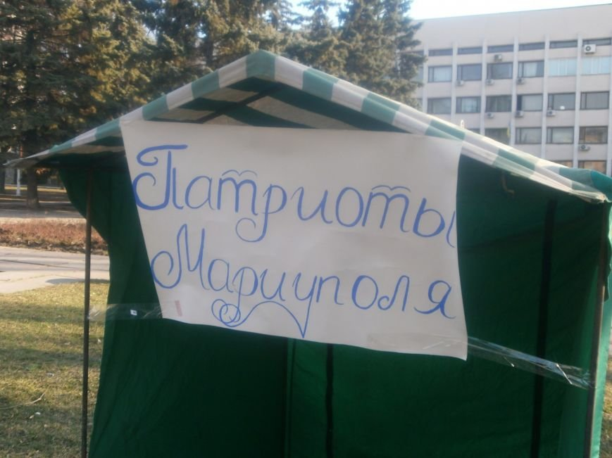 Возле Мариупольского горсовета появилась круглосуточная палатка с «патриотами» (Фотофакт), фото-3