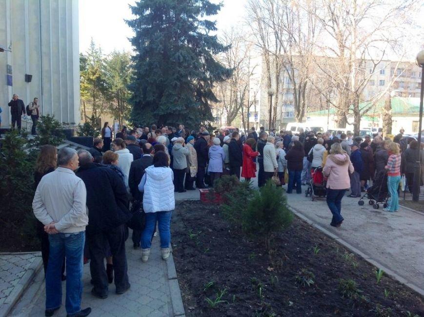 ФОТОФАКТ: Симферопольцы стоят в огромных очередях за российскими паспортами, фото-1