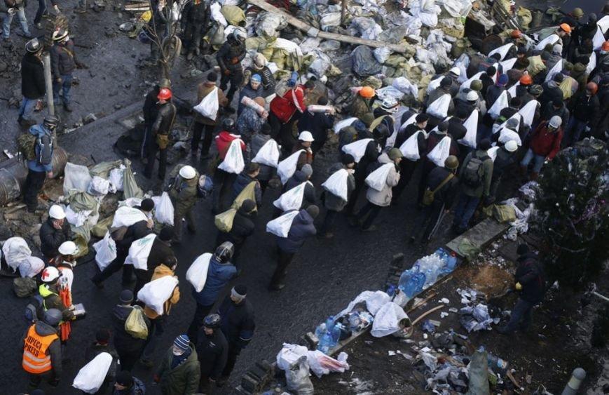 09 - Протестующие несут мешки с камнями для строительства баррикад, 20 февраля 2014 года. Reuters. Vasily Fedosenko