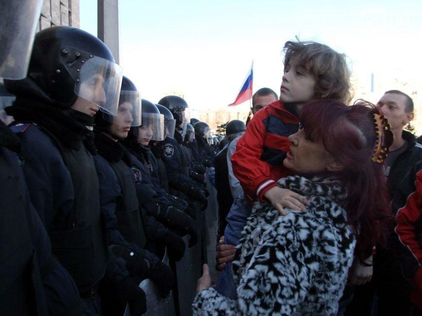 Участники пророссийского митинга в Донецке, отказавшись от штурма ОГА, грозятся показать «кузькину мать» Ахметову (ФОТО) (фото) - фото 2