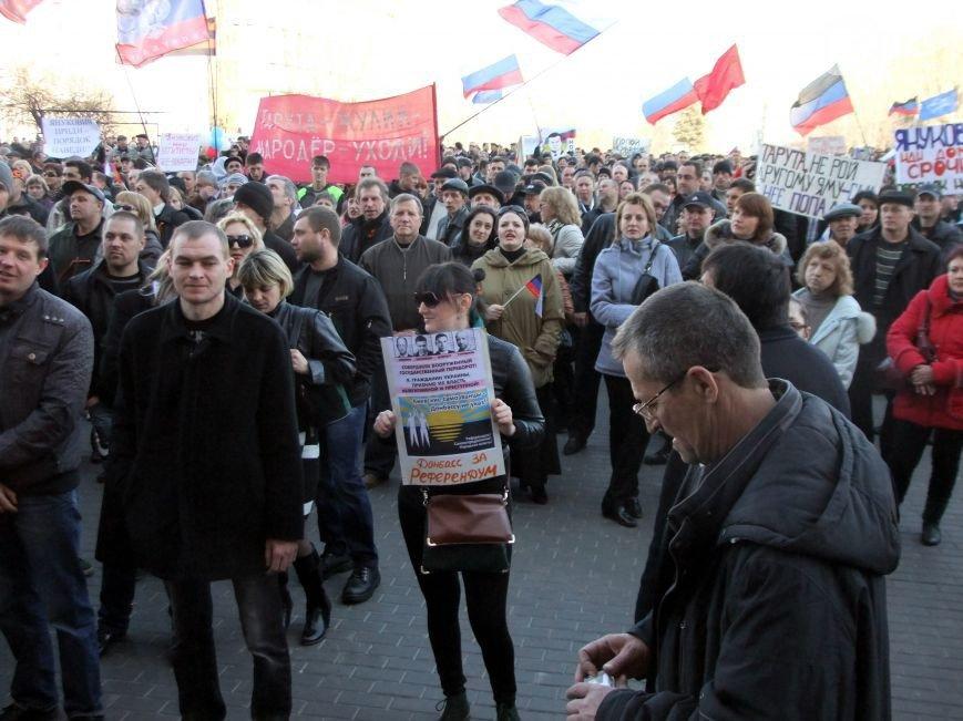 Участники пророссийского митинга в Донецке, отказавшись от штурма ОГА, грозятся показать «кузькину мать» Ахметову (ФОТО) (фото) - фото 1
