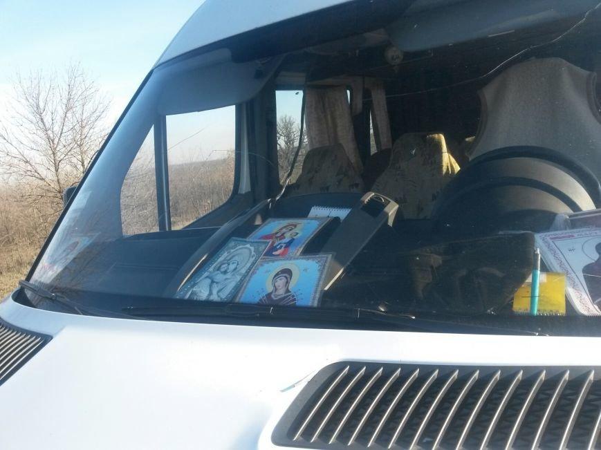 Под  Мариуполем на трассе  микроавтобус   «Мерседес» не пощадил ВАЗ  (ФОТО), фото-3