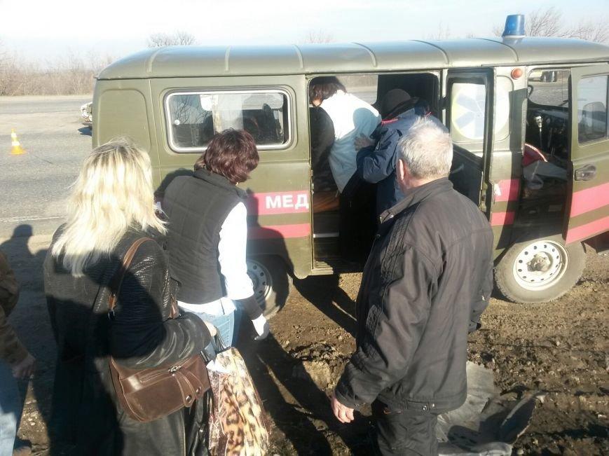 Под  Мариуполем на трассе  микроавтобус   «Мерседес» не пощадил ВАЗ  (ФОТО), фото-1