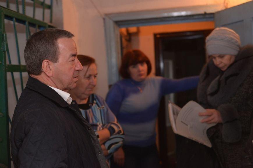 на встрече с жителями во время осмотра крыши дома  37 по ул. 60 лет СССР