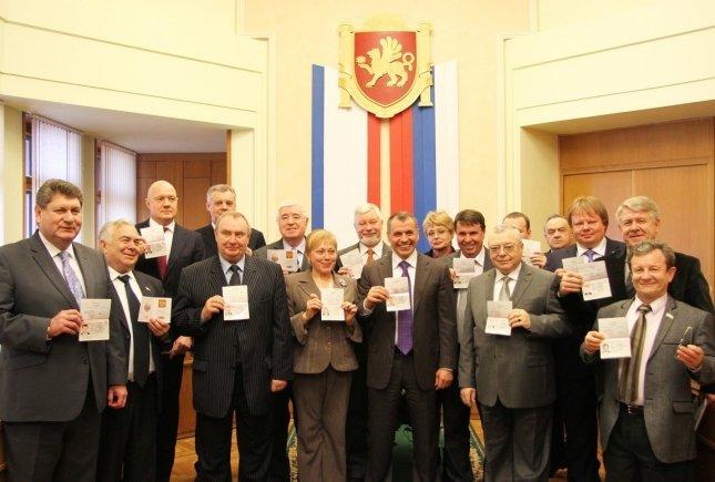 ФОТОФАКТ: Крымские депутаты получили российские паспорта, фото-3