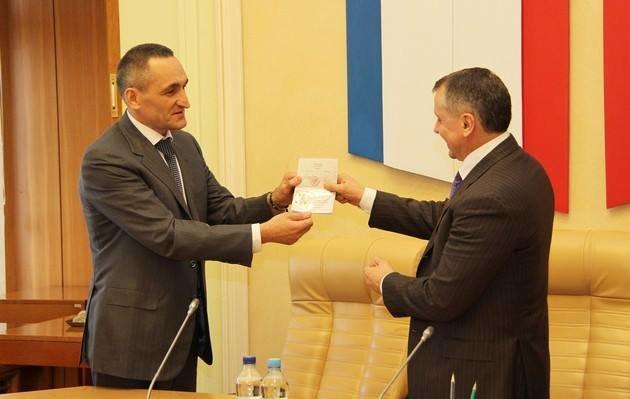 ФОТОФАКТ: Крымские депутаты получили российские паспорта, фото-1