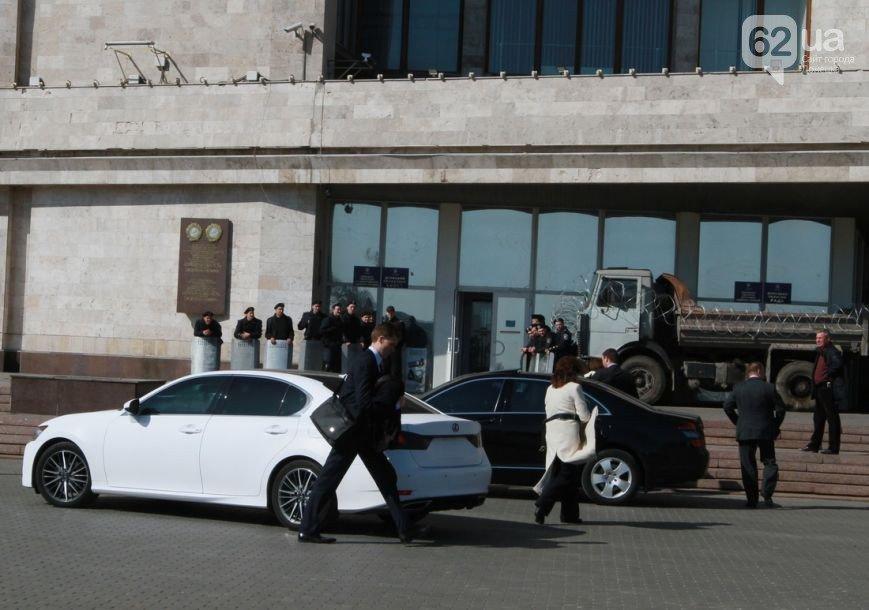 Как в Донецке Верховного комиссара ОБСЕ защищали от журналистов (ФОТО, ВИДЕО) (фото) - фото 1