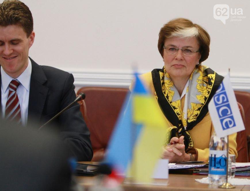 Как в Донецке Верховного комиссара ОБСЕ защищали от журналистов (ФОТО, ВИДЕО) (фото) - фото 4