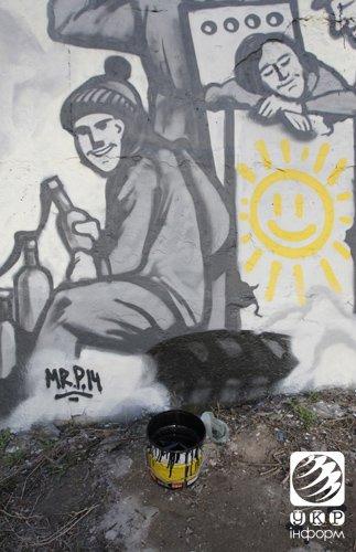 В Днепропетровске граффити, посвященное «Небесной сотне», облили черной краской (ФОТО), фото-4