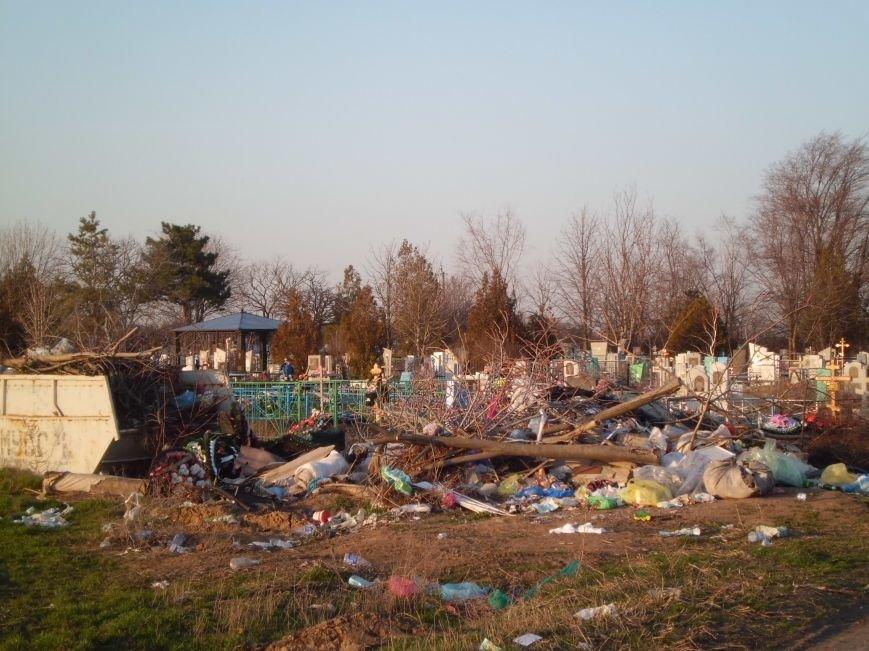 Глава Поляковского поселения г-н Галицкий, у вас на кладбище - свалка, фото-1