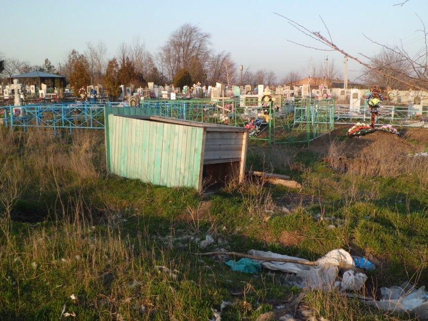 Глава Поляковского поселения г-н Галицкий, у вас на кладбище - свалка, фото-3