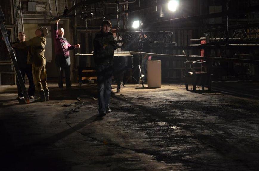 Колектив прибирає в театрі після пожежі