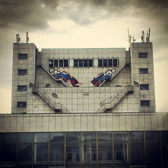 ФОТОФАКТ: На здании Украинского музтеатра в Симферополе появился необычный флаг России, фото-1