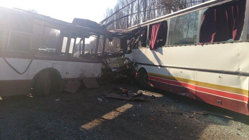 В Донецкой области троллейбус столкнулся с автобусом, в котором ехали дети —четыре человека погибли и 16 пострадали (ФОТО), фото-1