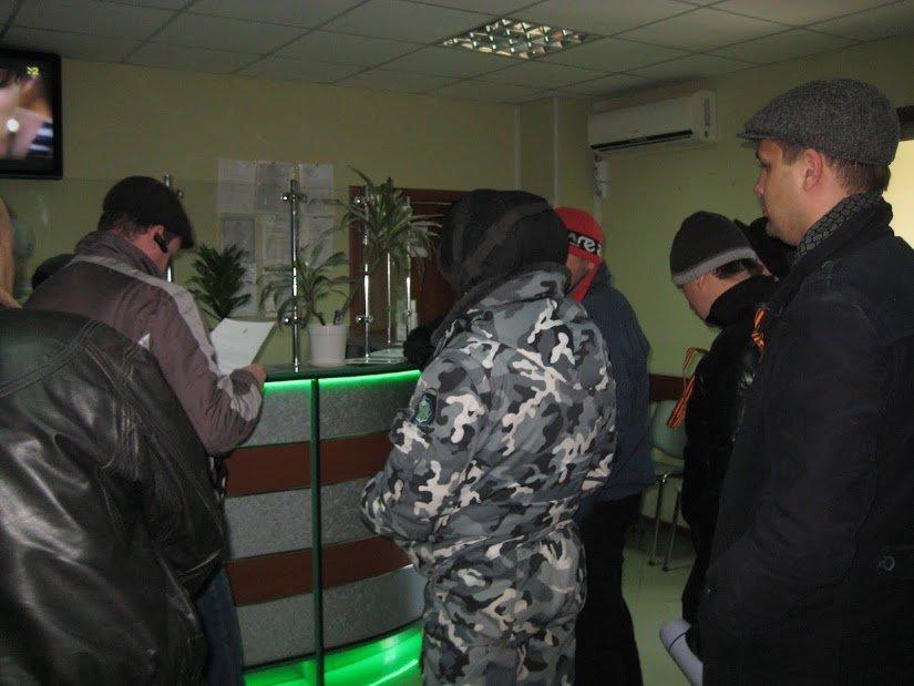 В Мариуполе митингующие устроили акцию протеста в офисах интернет-провайдеров (ФОТО), фото-12