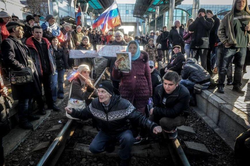 В Донецке митингующие задержали поезд Львов-Мариуполь, фото-1