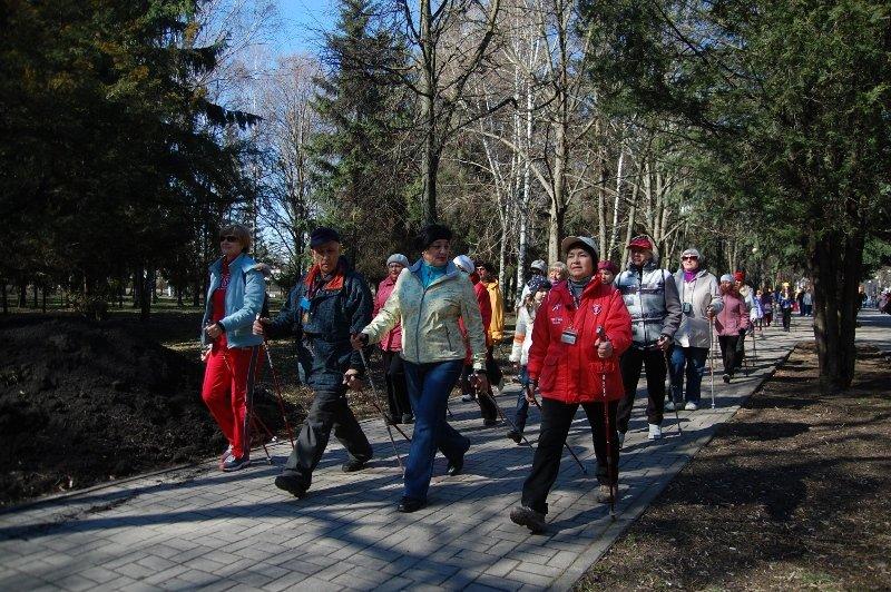 В Белгороде День здоровья отметили маршем с финскими палочками, фото-5