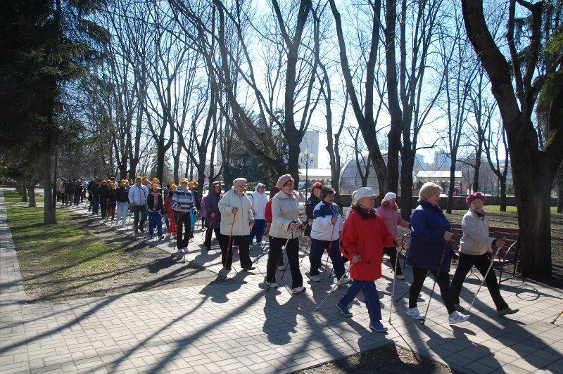 В Белгороде День здоровья отметили маршем с финскими палочками, фото-2