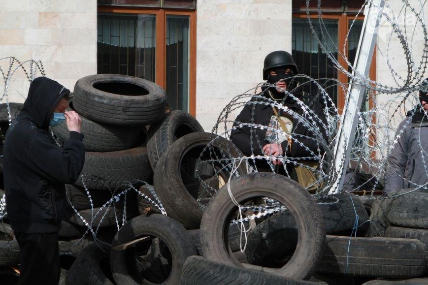 Под захваченным сепаратистами зданием Донецкого облсовета раздают еду (ФОТО) (фото) - фото 5