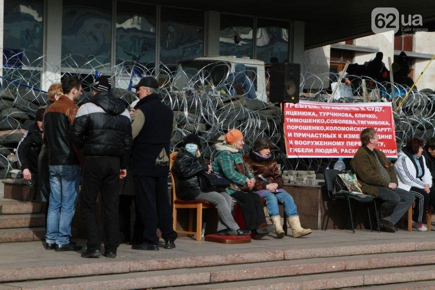 Под захваченным сепаратистами зданием Донецкого облсовета раздают еду (ФОТО) (фото) - фото 2