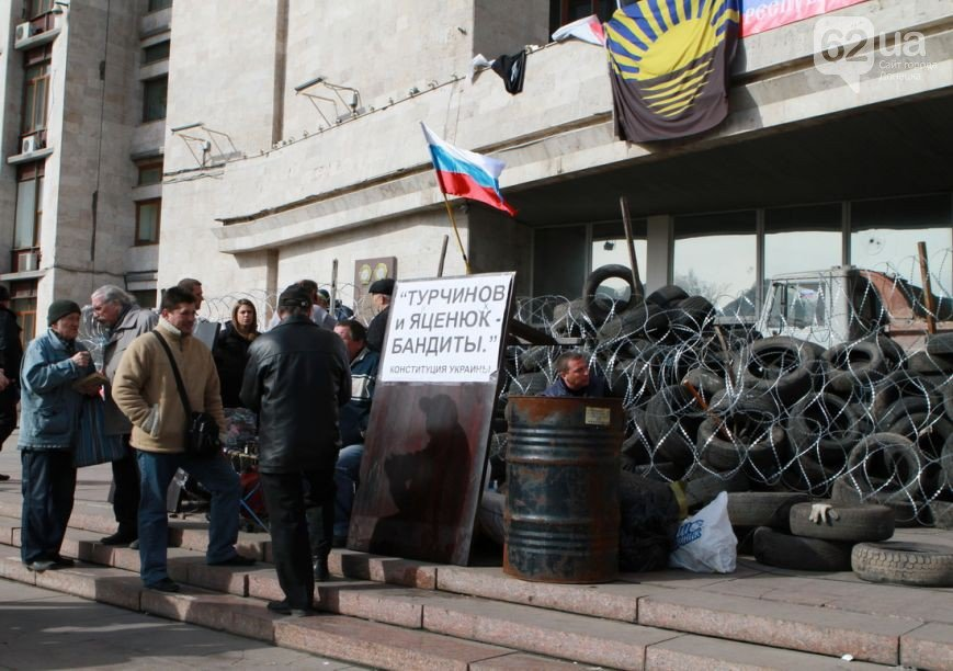 Под захваченным сепаратистами зданием Донецкого облсовета раздают еду (ФОТО) (фото) - фото 1