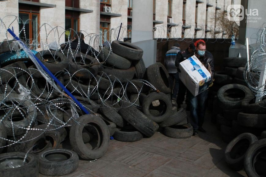 Под захваченным сепаратистами зданием Донецкого облсовета раздают еду (ФОТО) (фото) - фото 3