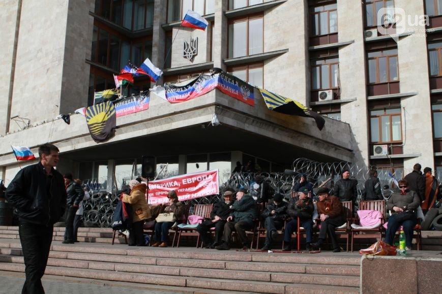 Под захваченным сепаратистами зданием Донецкого облсовета раздают еду (ФОТО) (фото) - фото 4