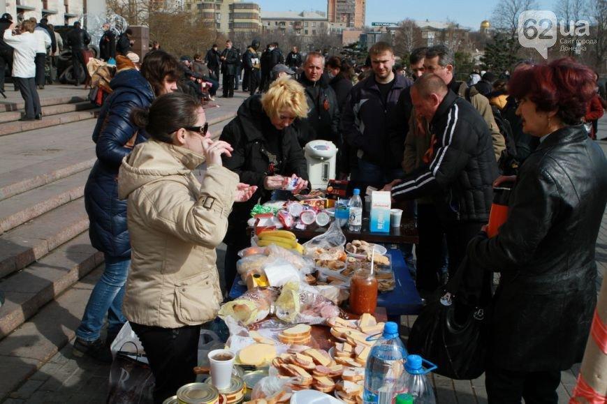 Под захваченным сепаратистами зданием Донецкого облсовета раздают еду (ФОТО) (фото) - фото 6