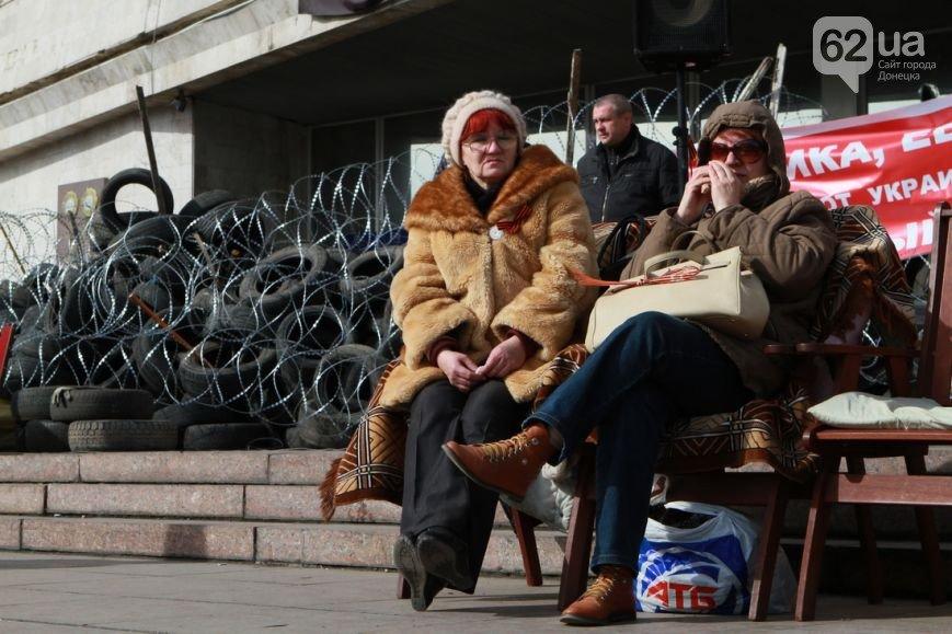 Под захваченным сепаратистами зданием Донецкого облсовета раздают еду (ФОТО) (фото) - фото 7