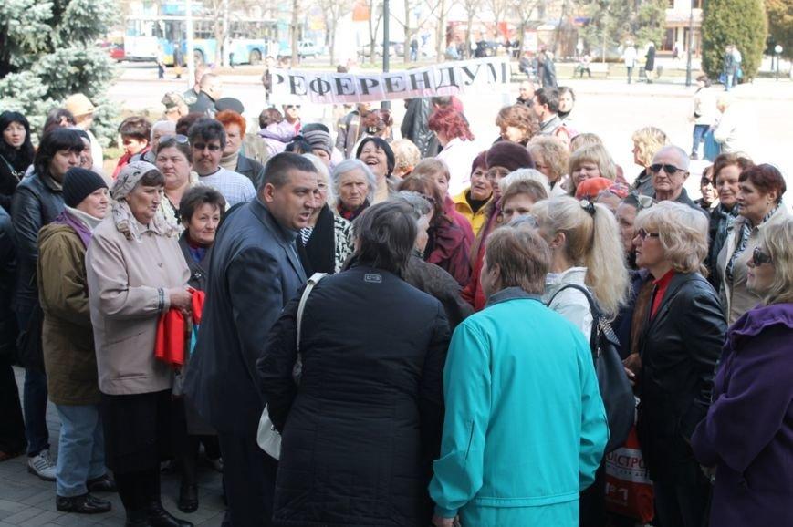 В Артемовске пророссийские активисты пришли горсовету, чтобы порадоваться за Донецкую республику (ВИДЕО), фото-1