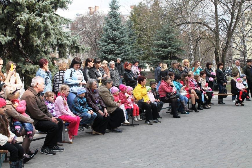 ФОТОФАКТ: для артемовских школьников танцевали озорные Маши и Медведь, фото-7