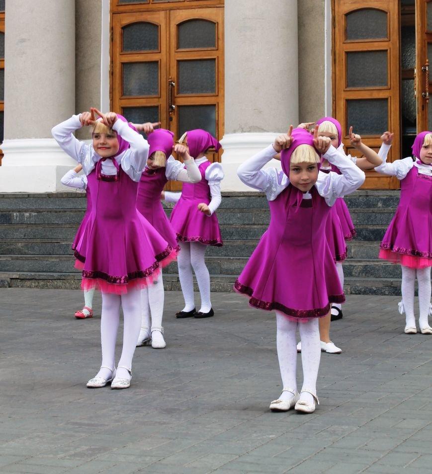 ФОТОФАКТ: для артемовских школьников танцевали озорные Маши и Медведь, фото-5