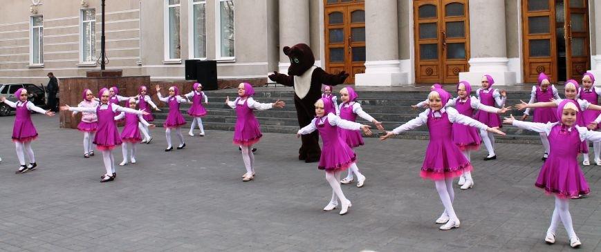 ФОТОФАКТ: для артемовских школьников танцевали озорные Маши и Медведь, фото-4