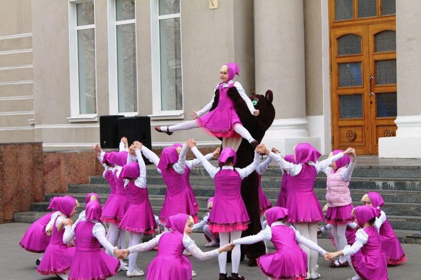 ФОТОФАКТ: для артемовских школьников танцевали озорные Маши и Медведь, фото-3
