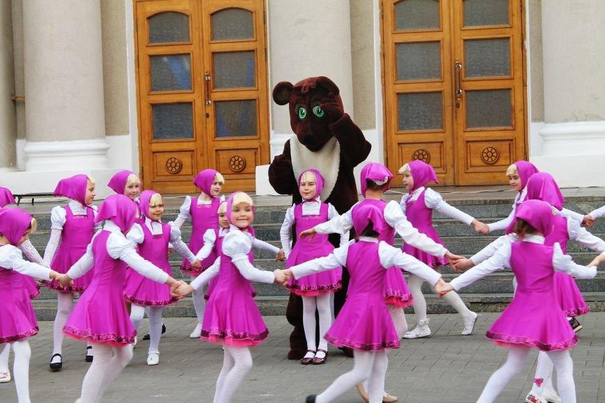 ФОТОФАКТ: для артемовских школьников танцевали озорные Маши и Медведь, фото-1