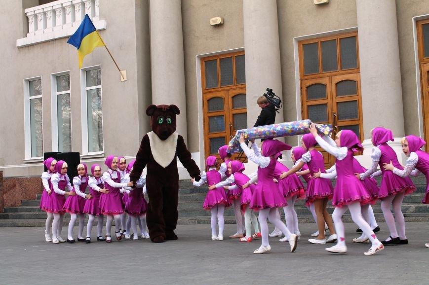 ФОТОФАКТ: для артемовских школьников танцевали озорные Маши и Медведь, фото-6