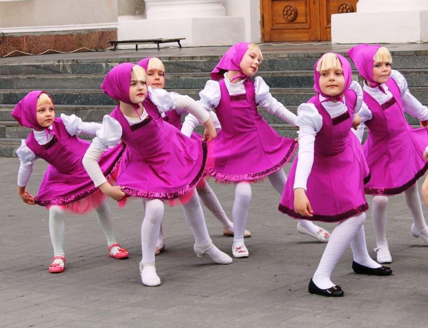 ФОТОФАКТ: для артемовских школьников танцевали озорные Маши и Медведь, фото-2