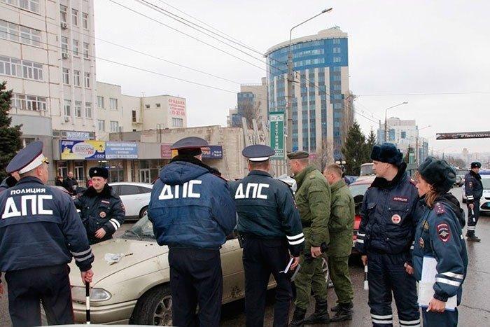 В Белгороде водителя с пистолетом извлекал из машины усиленный наряд полиции, фото-1