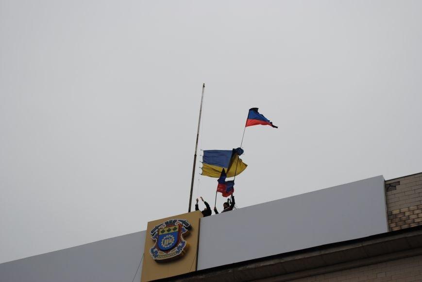 Флаг «Донецкой республики» над Исполкомом Краматорска (ФОТО, ВИДЕО), фото-3