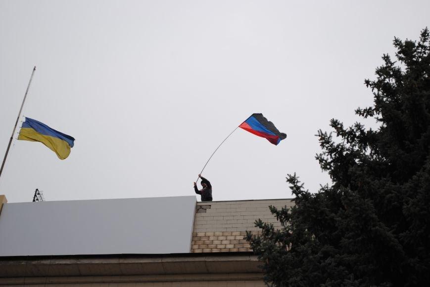 Флаг «Донецкой республики» над Исполкомом Краматорска (ФОТО, ВИДЕО), фото-1