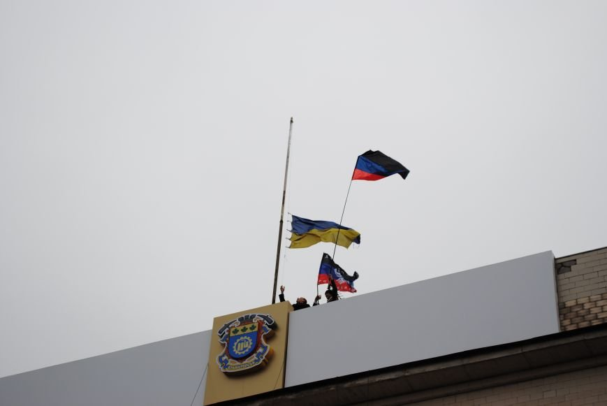Флаг «Донецкой республики» над Исполкомом Краматорска (ФОТО, ВИДЕО), фото-2