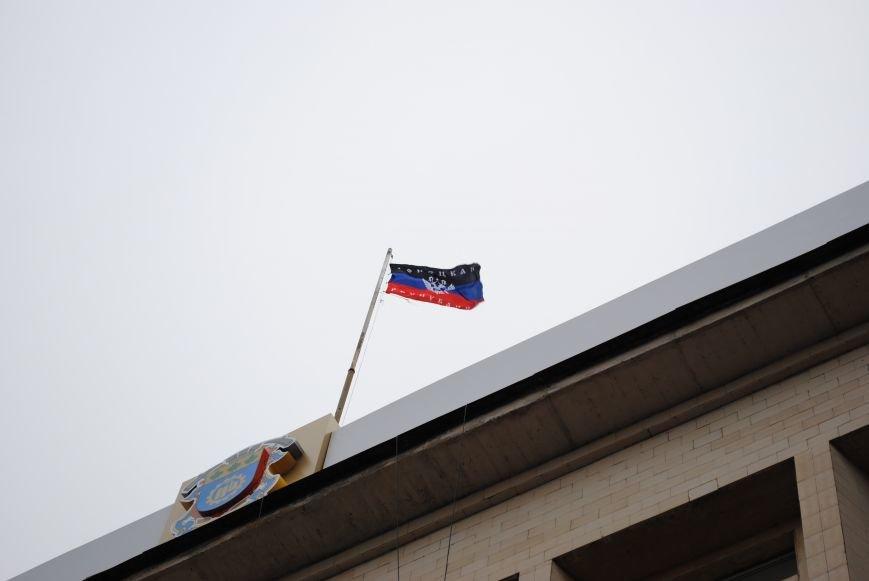 Флаг «Донецкой республики» над Исполкомом Краматорска (ФОТО, ВИДЕО), фото-11