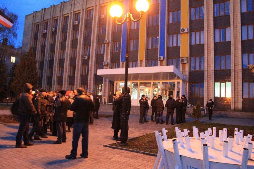 В Артемовске милиция не захвачена, но над горсоветом митингующие подняли флаг Донецкой народной республики (ФОТО), фото-5