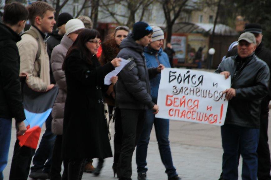В Артемовске милиция не захвачена, но над горсоветом митингующие подняли флаг Донецкой народной республики (ФОТО), фото-4