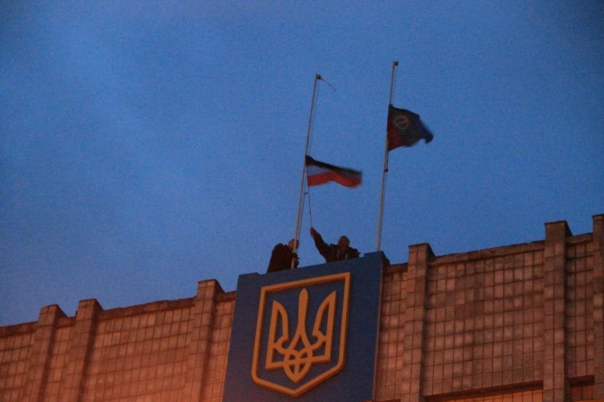 В Артемовске милиция не захвачена, но над горсоветом митингующие подняли флаг Донецкой народной республики (ФОТО), фото-6