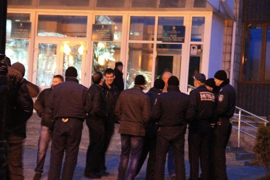 В Артемовске милиция не захвачена, но над горсоветом митингующие подняли флаг Донецкой народной республики (ФОТО), фото-7