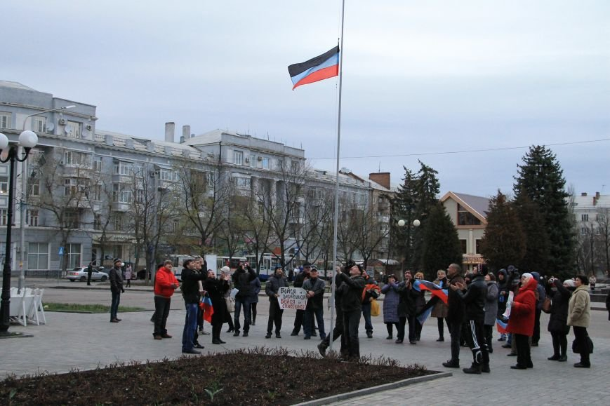 В Артемовске милиция не захвачена, но над горсоветом митингующие подняли флаг Донецкой народной республики (ФОТО), фото-2