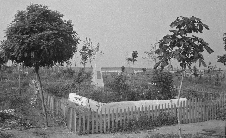 Братская могила в Ильичёвске в начале 1970-тых годов.